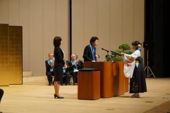 学生代表に学位記を手渡す田巻学部長