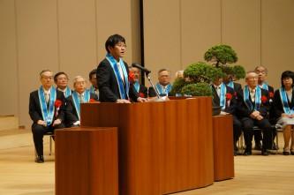 祝辞を述べる吉葉国際学部同窓会長